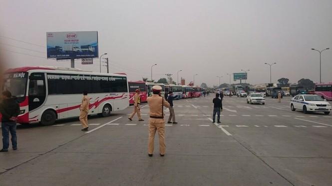 70 xe khách kéo đoàn trên cao tốc phản đối việc phân luồng  - ảnh 1
