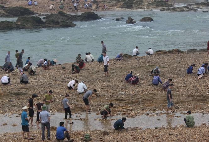 Sau tin đồn nhặt được đá quý, dân Phú Thọ đổ xô đãi cát thử vận may - ảnh 1