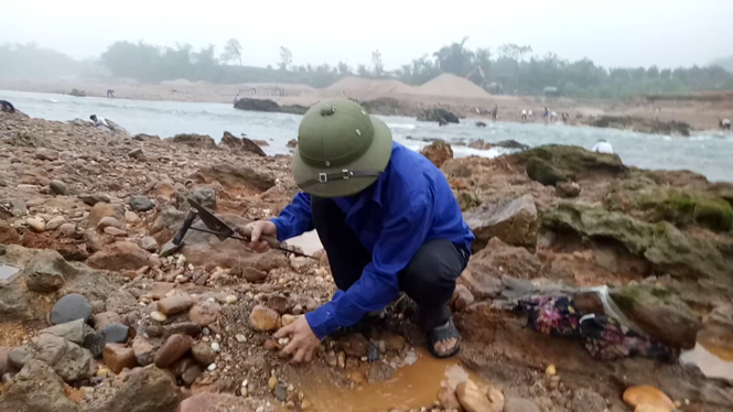 Sau tin đồn nhặt được đá quý, dân Phú Thọ đổ xô đãi cát thử vận may - ảnh 4