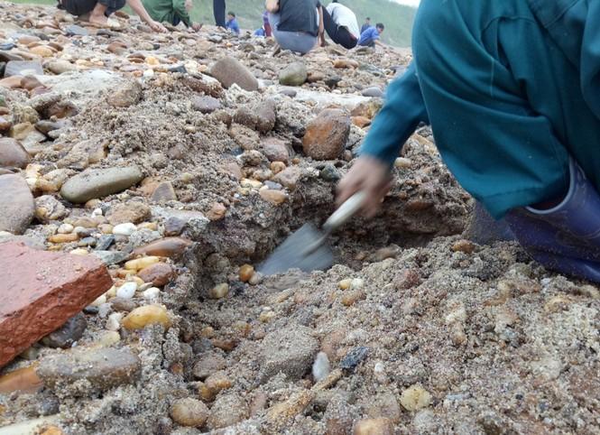 Sau tin đồn nhặt được đá quý, dân Phú Thọ đổ xô đãi cát thử vận may - ảnh 5
