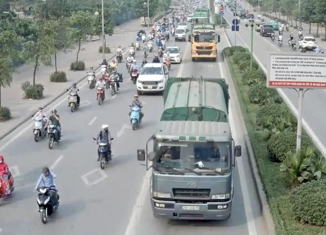 Tước bằng lái 4 tài xế xe chở rác 'cướp' đường buýt nhanh - ảnh 1