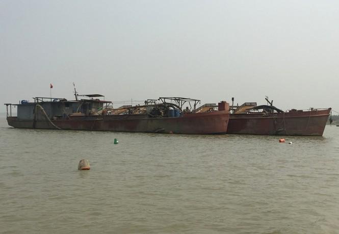 Tàu hút cát rầm rộ ngày đêm trên sông Hồng - ảnh 3