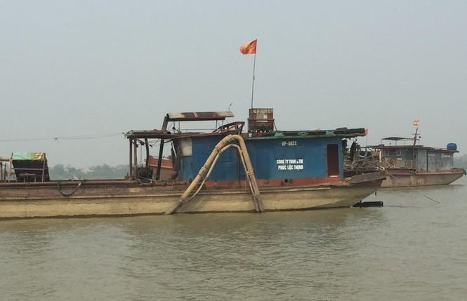 Tàu hút cát rầm rộ ngày đêm trên sông Hồng - ảnh 4