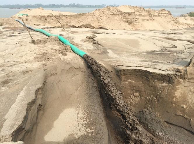 Tàu hút cát rầm rộ ngày đêm trên sông Hồng - ảnh 6