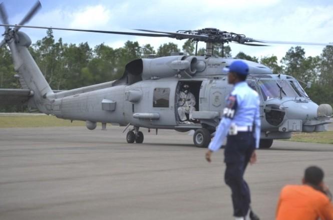 Cận cảnh trực thăng SeaHawk di chuyển nạn nhân QZ8501 - ảnh 2