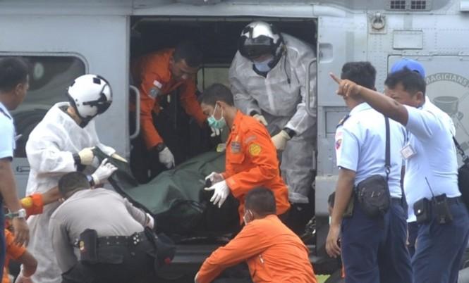Cận cảnh trực thăng SeaHawk di chuyển nạn nhân QZ8501 - ảnh 8