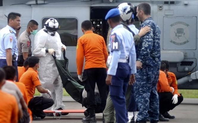 Cận cảnh trực thăng SeaHawk di chuyển nạn nhân QZ8501 - ảnh 9