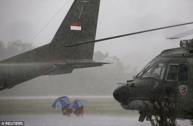 Thân máy bay AirAsia đã vỡ, tập trung tìm đuôi - ảnh 1