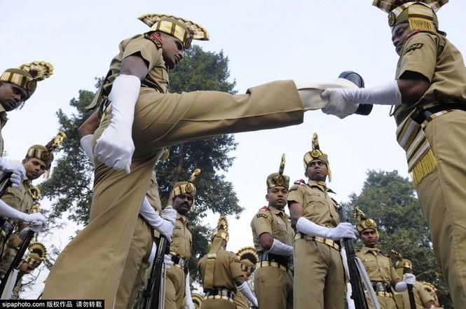 [ẢNH HIẾM] Chiến binh Ấn Độ cưỡi lạc đà diễu hành - ảnh 3