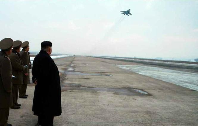 Nữ phi công chiến đấu bật khóc khi gặp ông Kim Jong-un - ảnh 2