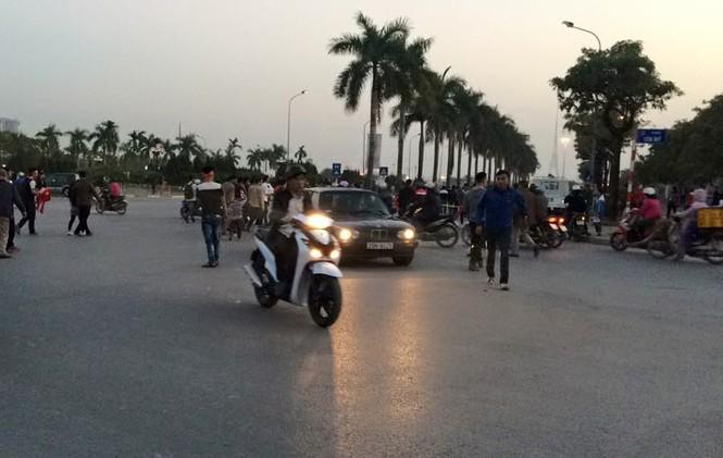 CĐV háo hức đổ về Mỹ Đình, bãi gửi xe tha hồ 'chặt chém' - ảnh 1