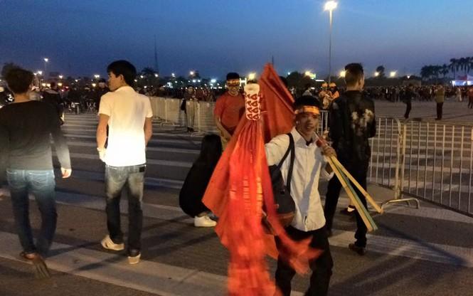 CĐV háo hức đổ về Mỹ Đình, bãi gửi xe tha hồ 'chặt chém' - ảnh 4