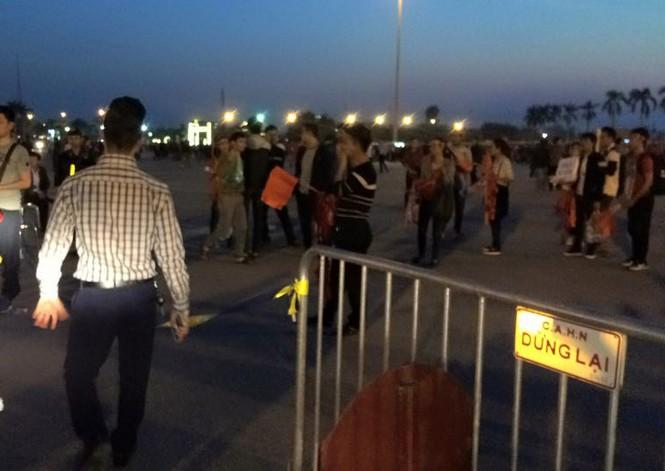 CĐV háo hức đổ về Mỹ Đình, bãi gửi xe tha hồ 'chặt chém' - ảnh 3