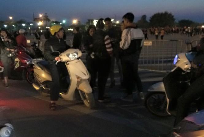 CĐV háo hức đổ về Mỹ Đình, bãi gửi xe tha hồ 'chặt chém' - ảnh 5