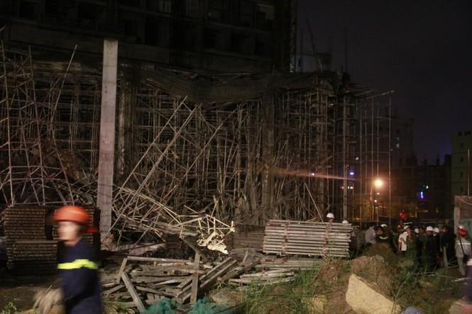 Kinh hãi với hiện trường vụ sập giàn giáo tòa nhà ở Đà Nẵng - ảnh 2