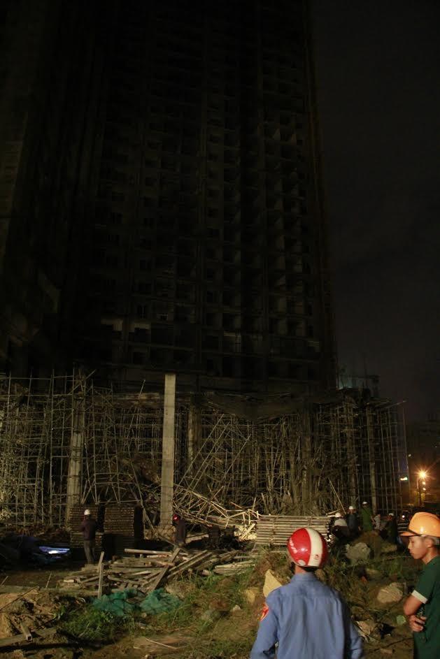 Kinh hãi với hiện trường vụ sập giàn giáo tòa nhà ở Đà Nẵng - ảnh 3