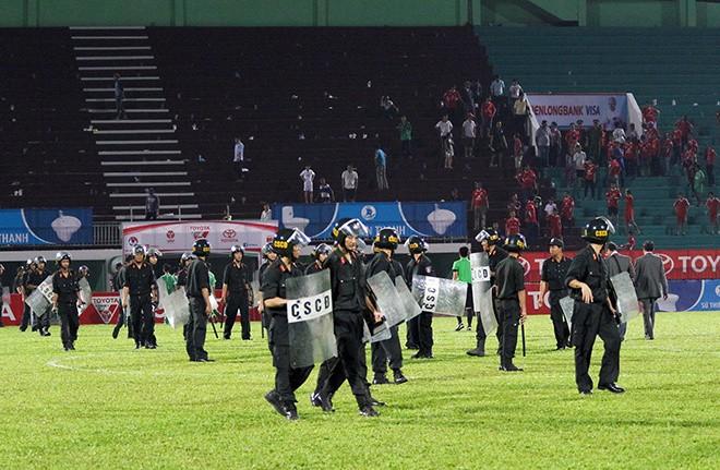 Cảnh sát vào sân hộ tống trọng tài V.League - ảnh 3