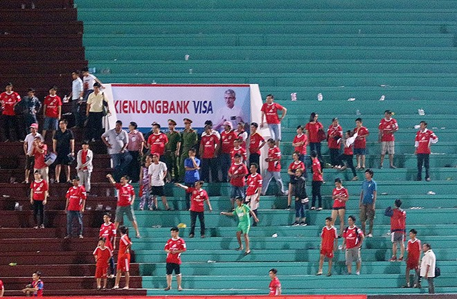 Cảnh sát vào sân hộ tống trọng tài V.League - ảnh 4