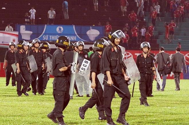 Cảnh sát vào sân hộ tống trọng tài V.League - ảnh 6