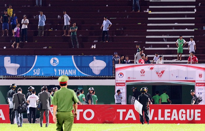 Cảnh sát vào sân hộ tống trọng tài V.League - ảnh 7