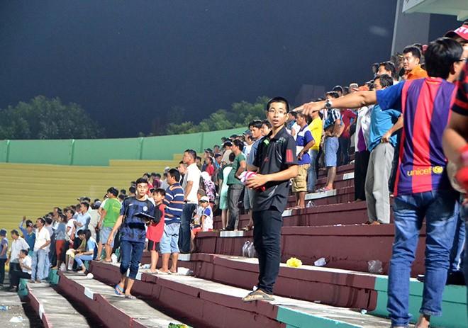 Cảnh sát vào sân hộ tống trọng tài V.League - ảnh 8