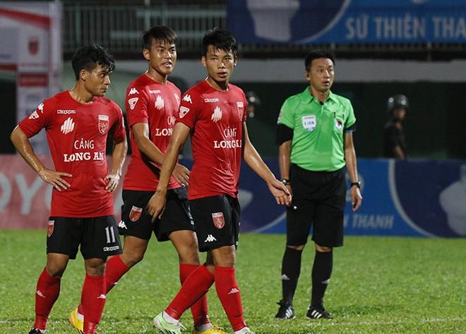 Cảnh sát vào sân hộ tống trọng tài V.League - ảnh 9