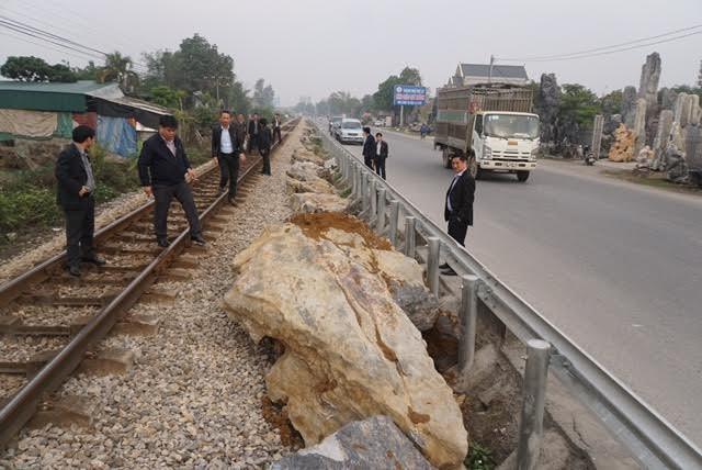 Gấp rút cẩu đá nặng hàng tấn 'giải cứu' đường tàu ở Hà Nam - ảnh 2