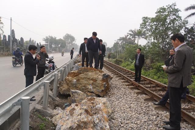 Gấp rút cẩu đá nặng hàng tấn 'giải cứu' đường tàu ở Hà Nam - ảnh 1