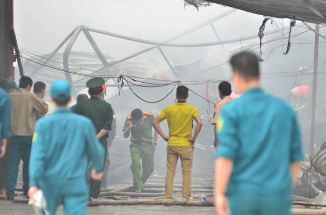Hiện trường tan hoang vụ cháy kho nội thất ô tô ở Trung Hòa - ảnh 2