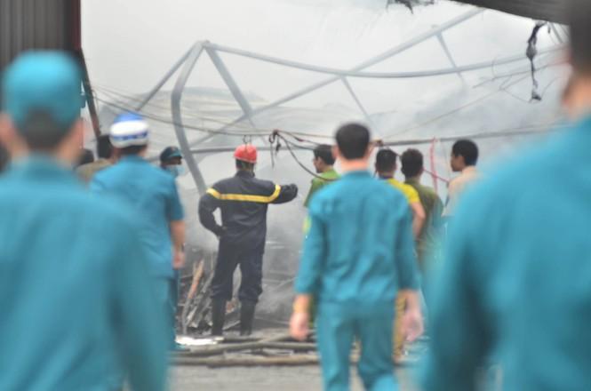 Hiện trường tan hoang vụ cháy kho nội thất ô tô ở Trung Hòa - ảnh 3