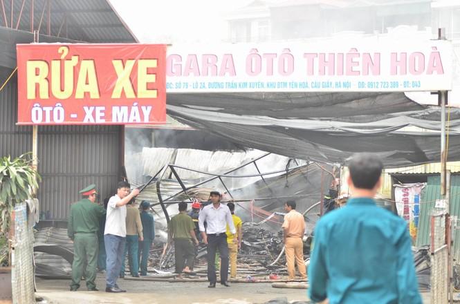 Hiện trường tan hoang vụ cháy kho nội thất ô tô ở Trung Hòa - ảnh 1