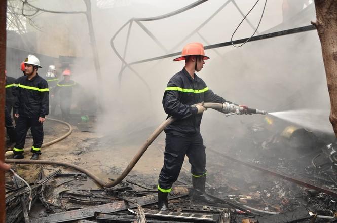 Hiện trường tan hoang vụ cháy kho nội thất ô tô ở Trung Hòa - ảnh 5