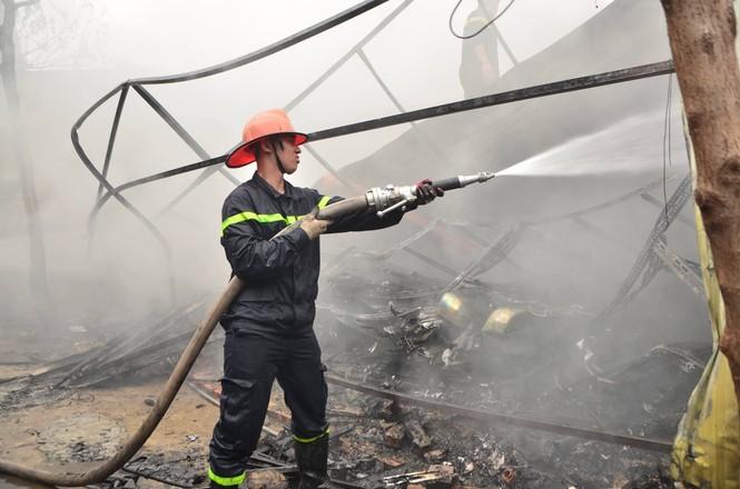 Hiện trường tan hoang vụ cháy kho nội thất ô tô ở Trung Hòa - ảnh 4
