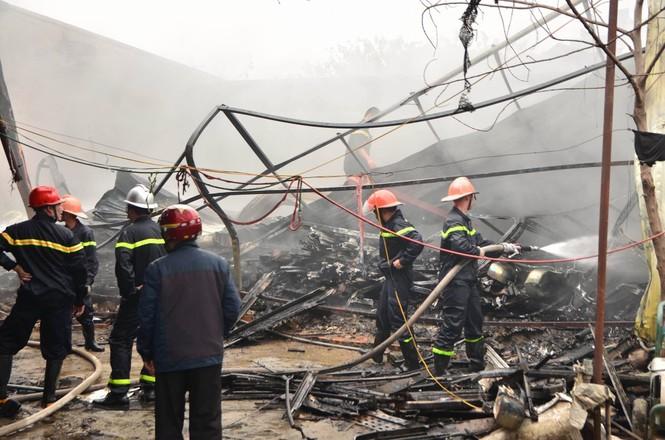 Hiện trường tan hoang vụ cháy kho nội thất ô tô ở Trung Hòa - ảnh 6