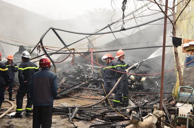 Hiện trường tan hoang vụ cháy kho nội thất ô tô ở Trung Hòa - ảnh 7