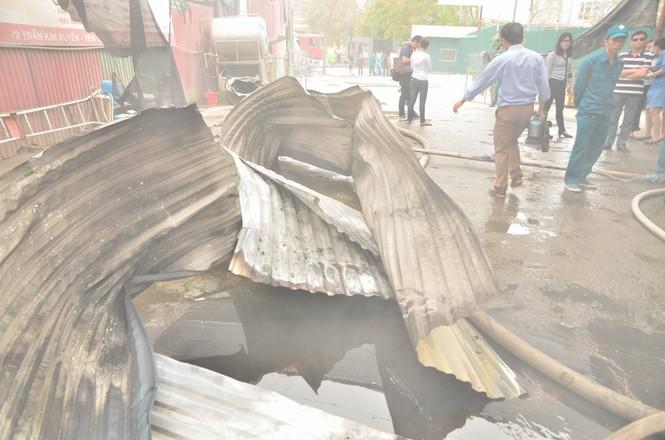 Hiện trường tan hoang vụ cháy kho nội thất ô tô ở Trung Hòa - ảnh 9