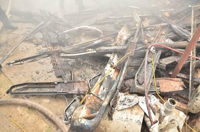 Hiện trường tan hoang vụ cháy kho nội thất ô tô ở Trung Hòa - ảnh 8
