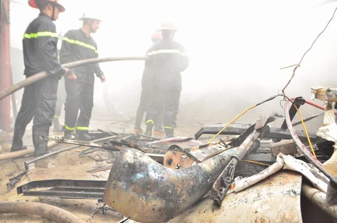 Hiện trường tan hoang vụ cháy kho nội thất ô tô ở Trung Hòa - ảnh 10