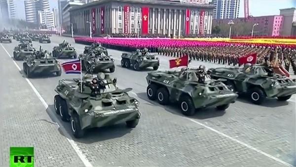 Cận cảnh cuộc duyệt binh hoành tráng nhất lịch sử CHDCND Triều Tiên - ảnh 9