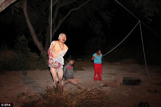 Băng trộm bị dân đánh tới tấp rồi treo lên cây - ảnh 1