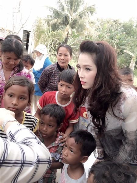 Á Hậu Thái Như Ngọc tặng quà cho người nghèo ở Kiên Giang  - ảnh 1