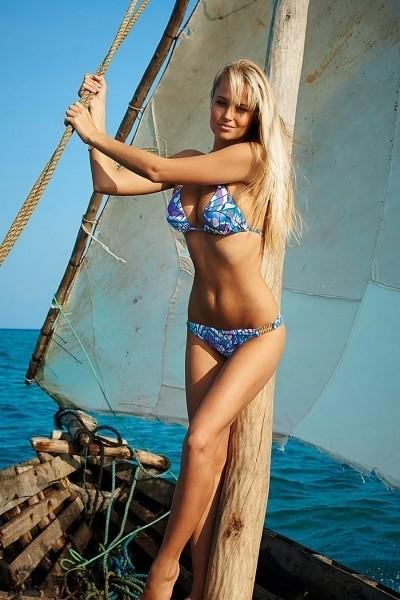 Siêu mẫu Nam Phi 'gây mê' với bikini sắc màu - ảnh 11