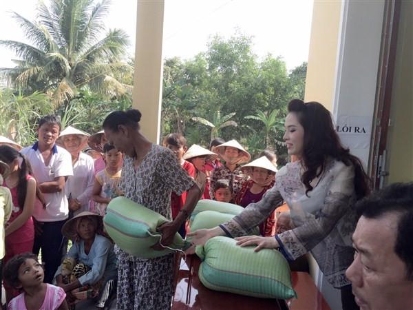 Á Hậu Thái Như Ngọc tặng quà cho người nghèo ở Kiên Giang  - ảnh 13