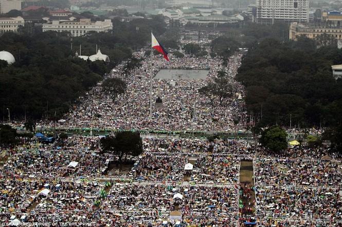 Hàng triệu người Philippines dầm mưa dự lễ với Giáo hoàng Francis - ảnh 1