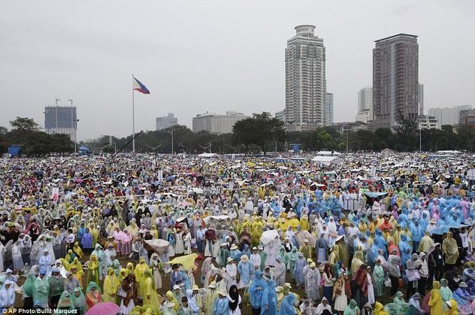 Hàng triệu người Philippines dầm mưa dự lễ với Giáo hoàng Francis - ảnh 4