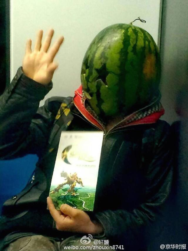 Lạ kỳ chàng trai đội vỏ dưa hấu... làm mũ - ảnh 4