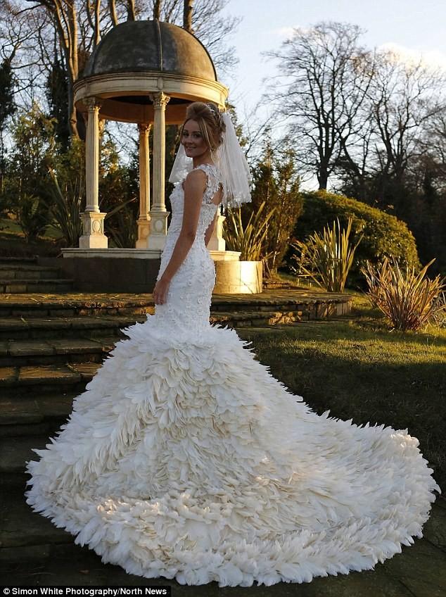 Dành 200 giờ khâu 22.000 chiếc lông ngỗng cho váy cưới - ảnh 1