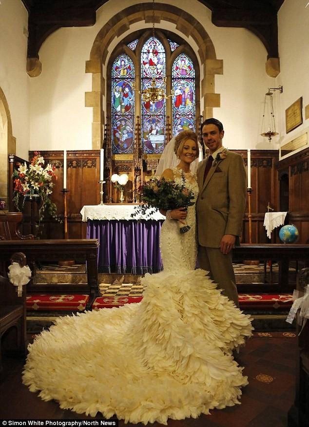 Dành 200 giờ khâu 22.000 chiếc lông ngỗng cho váy cưới - ảnh 2