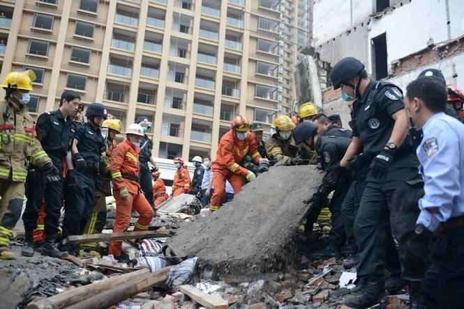 Hiện trường vụ sập 4 nhà cao tầng kinh hoàng ở Trung Quốc - ảnh 1