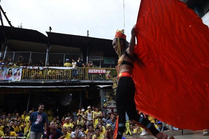 Rộn ràng cuộc thi hoa hậu đồng tính trong nhà tù Philippines - ảnh 7